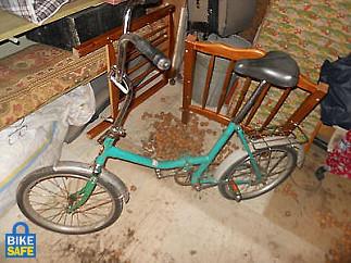 A kép azonos típusú, és színű kerékpárt ábrázol, de nem az ellopott példányról készült!!!